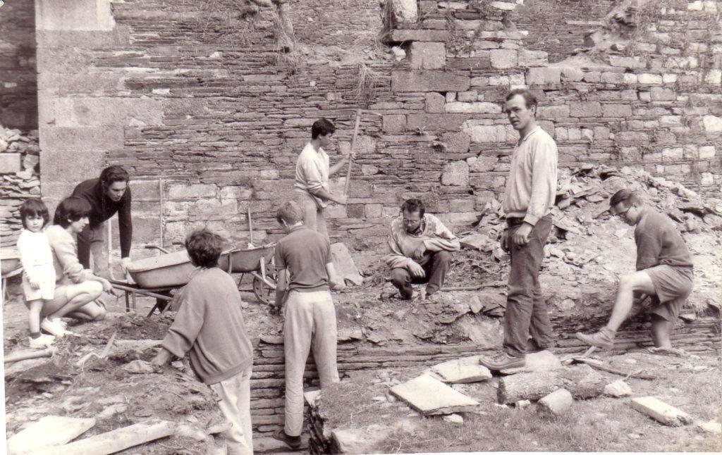 Les premiers bénévoles dans le cloître.