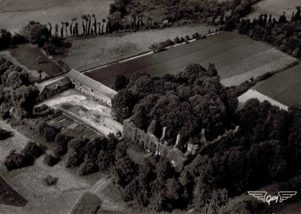Vue aérienne de l'abbaye de Bon-Repos en 1962
